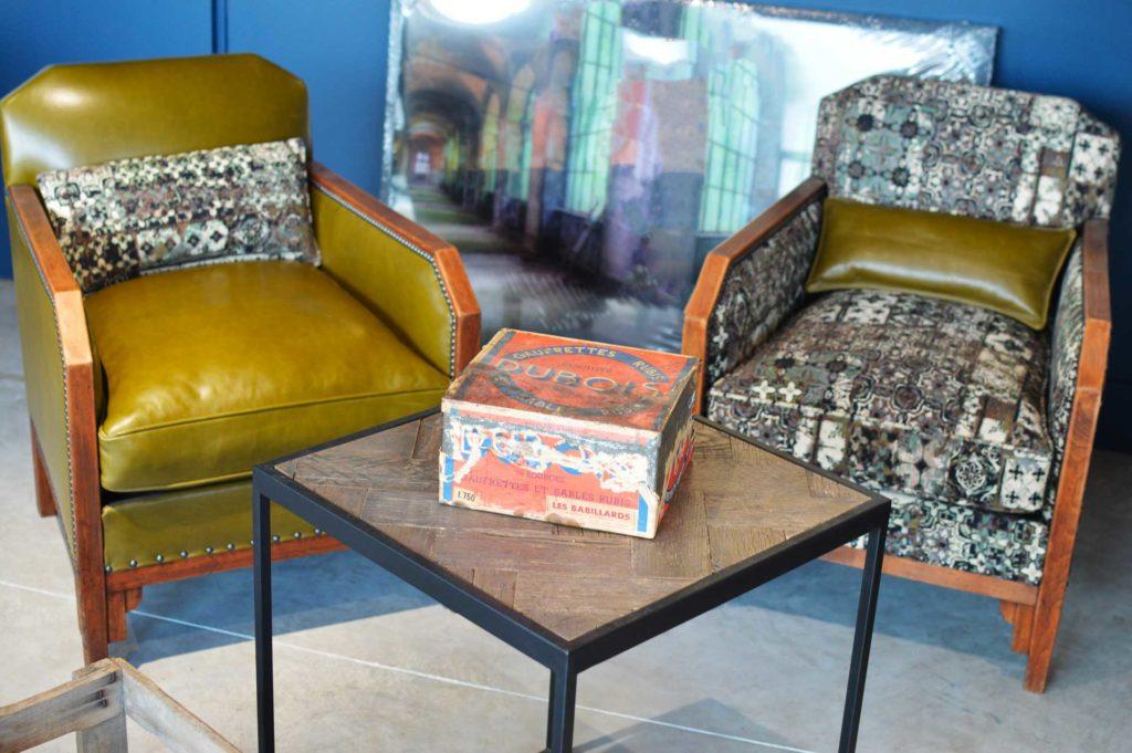 Table basse style industriel et fauteuils